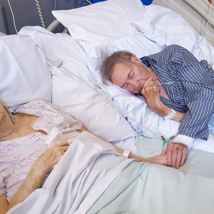 Elderly couple married 67 years placed next to each other in hospital for the last time
