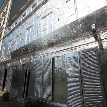 Artist covers abandoned building in Warsaw with aluminium foil.