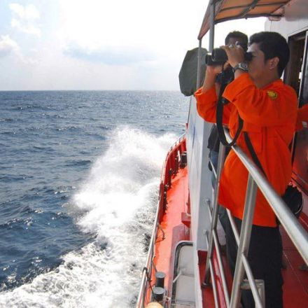 'Six bodies' found in AirAsia search