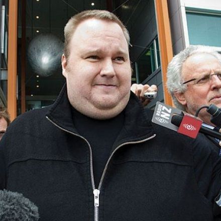 Dotcom's Bid to Halt Extradition Hearing Fails, Defense Begins