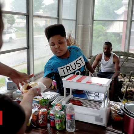 City rallies behind teen's hotdog stand