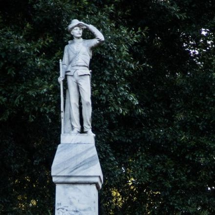 Ole Miss Edges Out of Its Confederate Shadow, Gingerly