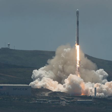 SpaceX Wins Its First Falcon Heavy Contract — With the Air Force