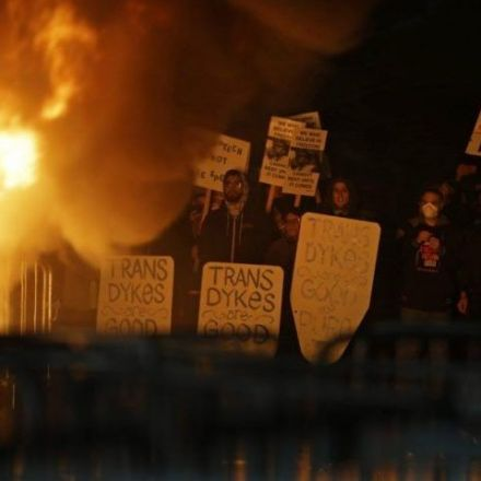 Extreme Protest Tactics Reduce Popular Support for Social Movements