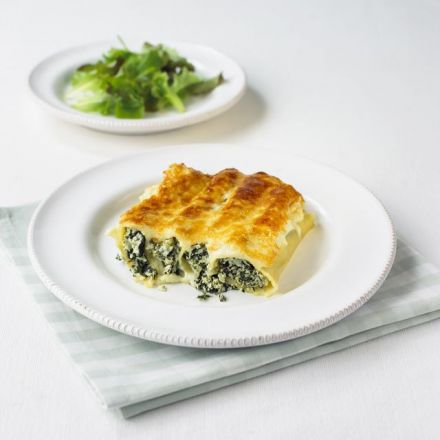 Recipe for baked cannelloni filled with spinach and ricotta.